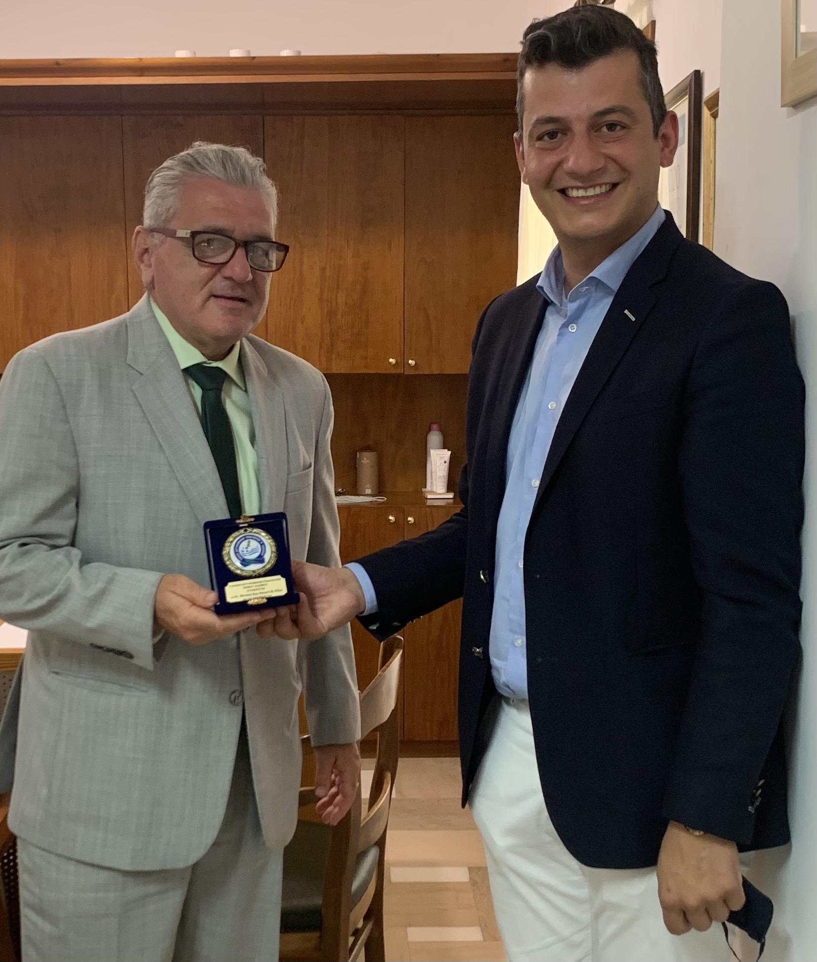 <p>ΔΕΛΤΙΟ ΤΥΠΟΥ ΑΡ. ΠΡΩΤ.:33 Άγιος Νικόλαος, 07 Ιουλίου 202  Συνάντηση είχε ο Πρόεδρος της Ένωσής μας, ΚΑΡΤΣΑΚΗΣ Γεώργιος με τον κ. ΓΛΥΝΟ Αλέξανδρο, Γενικό Διευθυντή του Ξενοδοχείου ST. NICOLAS BAY RESORT HOTEL & VILLAS, όπου ευχαριστήσαμε αυτόν καθώς και τον κ. ΑΛΕΞΑΝΔΡΑΚΗ, ιδιοκτήτη της ΞΕΝΟΔ. & ΤΟΥΡΙΣΤΙΚΗ εταιρείας ΑΛΦΑ […]</p>